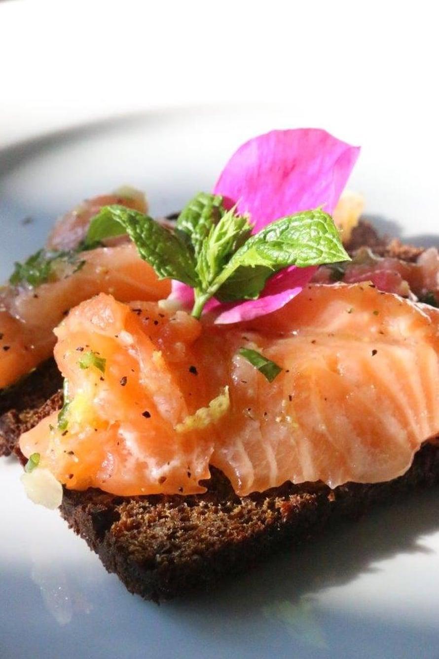 """Ruusumarinoitu lohi maistuu uusien perunoiden tai saaristolaisleivän kanssa. Kuva: <span class=""""photographer"""">Marja Bruun.</span>"""