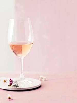Kaada lasiin vaaleanpunaista, kun pöydässä on graavi- tai savukalaa.