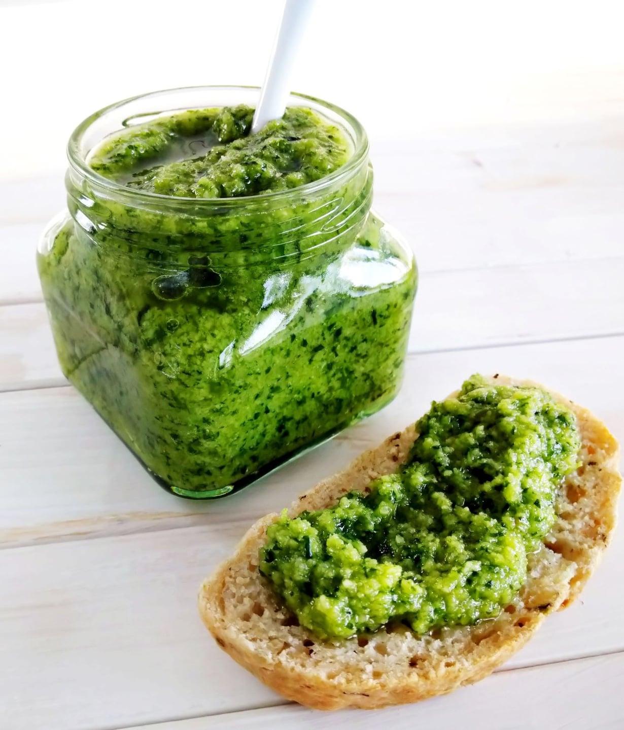 Vegaaninen pesto maistuu herkulliselta perinteiseen tapaan leivän päällä