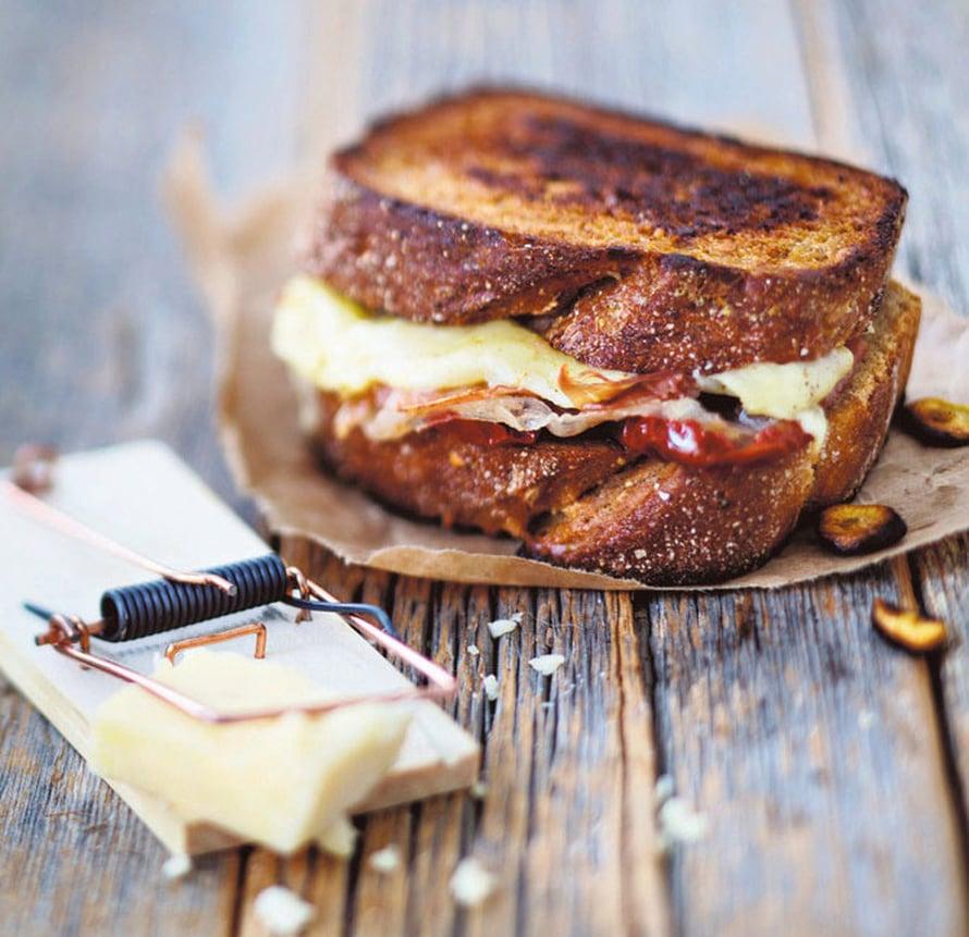 """Grillattu juustovoileipä myös valmistuu salamannopeasti. Ukkosruuan tunnusmerkki! Kuva: <span class=""""photographer"""">Elvi Rista.</span>"""