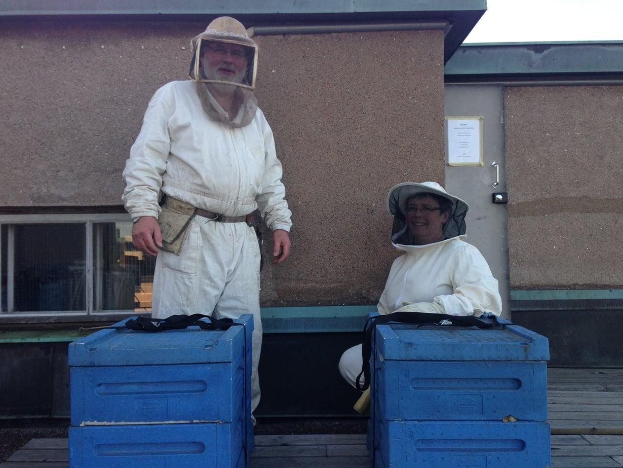 Bjarne ja Mia Bruce pitävät mehiläisistä hyvää huolta. Kuva: Anu Brask.