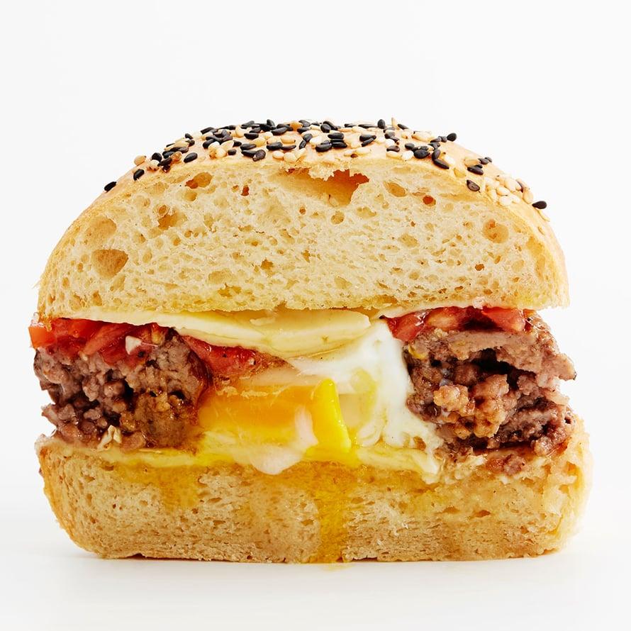 """Pesämuna eli egg in a hole valmistetaan paistamalla pihvit """"donitseina"""", jonka keskelle rikotaan kananmuna. Kuva: <span class=""""photographer"""">Panu Pälviä</span>"""