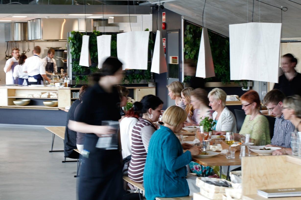Helsingissä ei ole vielä liikaa bistroja, joihin sopii monta sukupolvea sulassa sovussa pitkän pöydän ääreen.