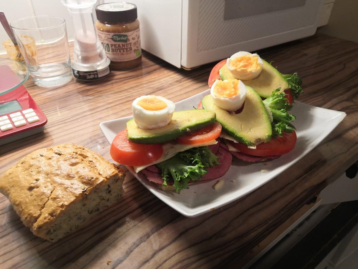mantelijauho-vuokaleipä avokadolla ja kananmunalla