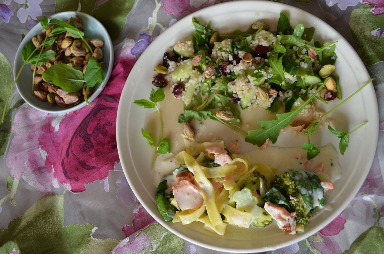 Eksoottisia salaatinmakuja miedon hienon lohi-parsa pastan oheen