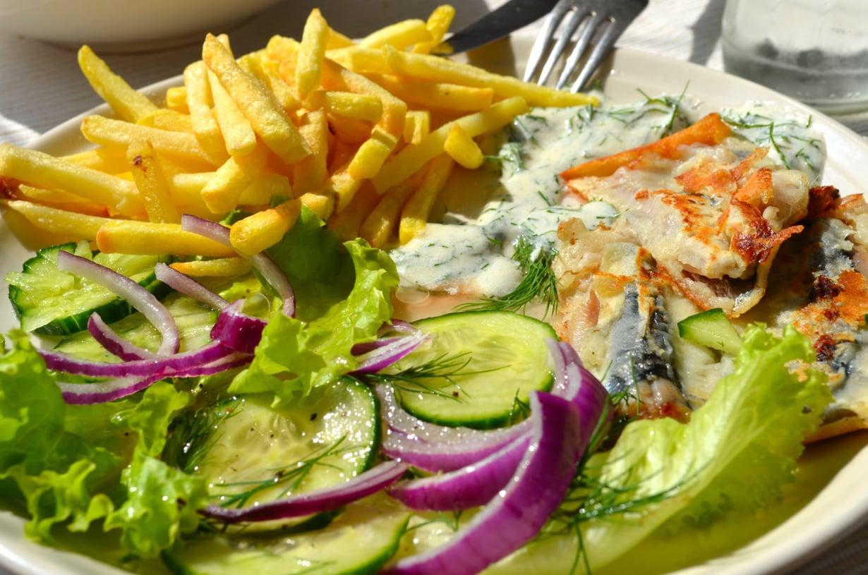 Oi kuinka kaksi kastiketta yhdistelee kalan ja salaatin oivallisen maun