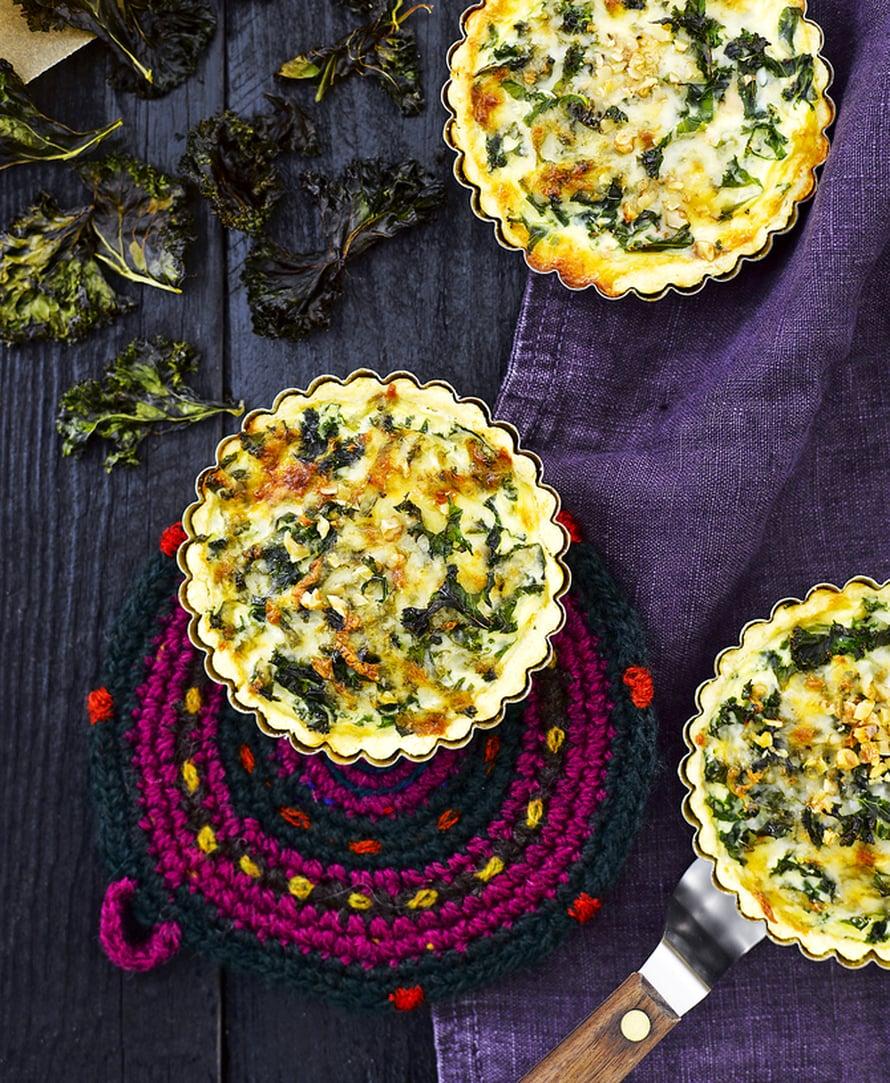 """Juustoinen lehtikaalipiirakka on maukasta syötävää illanistujaisiin. Kuva: <span class=""""photographer"""">Sami Repo.</span>"""