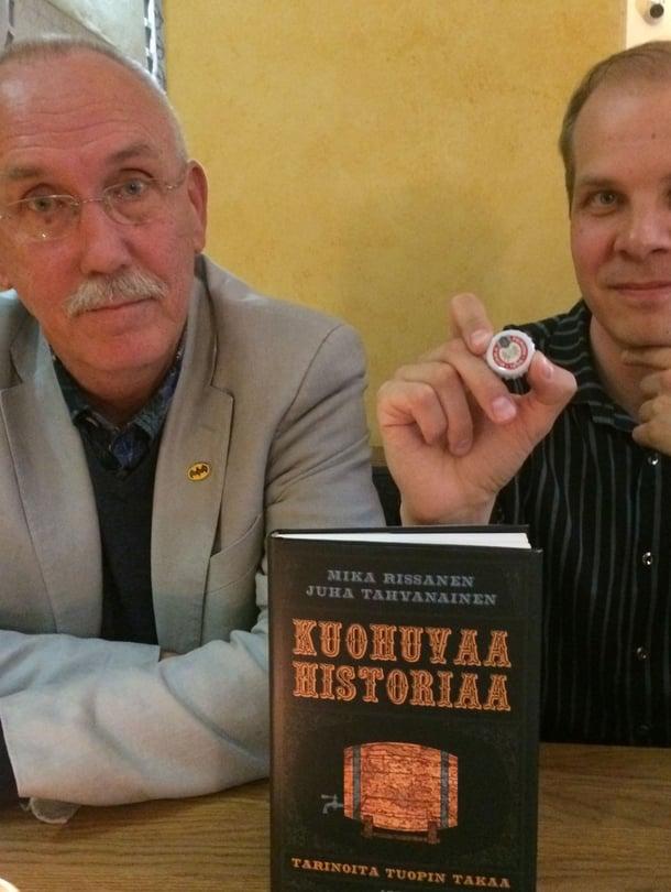 """Juha Tahvanainen (vas.) ja Mika Rissanen kirjoittivat oluen asemasta Euroopan historiassa. Rissasella kulkee laukussa mukana amulettina toimiva italialaisoluen pullonkorkki. Kuva: <span class=""""photographer"""">Teemu Leminen.</span>"""