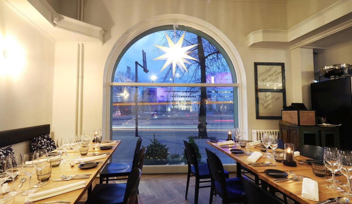 Ravintola Aino muutti Helsingissä Esplanadilta Mannerheimintielle. Nykyinen sijainti on oopperaa vastapäätä.