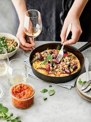 Perunatortilla tarjotaan lämpimän munakoisosalaatin ja romescokastikkeen kanssa. Viinisuositukset ja linkin reseptiin löydät jutun lopusta.