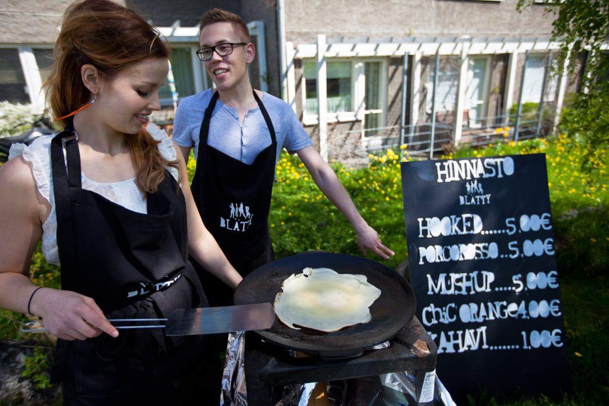 Susanna Kuusisto ja Kari Hyvärinen tarjoilivat pop-up-ravintolassaan plättyjä. Kuva: Marinella Ruusunen.
