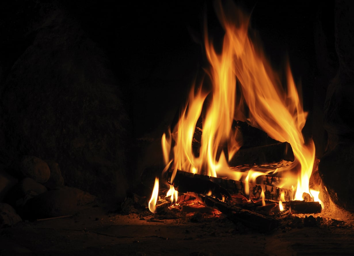 Tuli on juhannuksen elementti. Se luo tunnelmaa kokossa, kypsentää ruuan grillissä ja lämmittää saunan sopivan kuumaksi jopa sateiseen iltaan. Kuva: Istockphoto.
