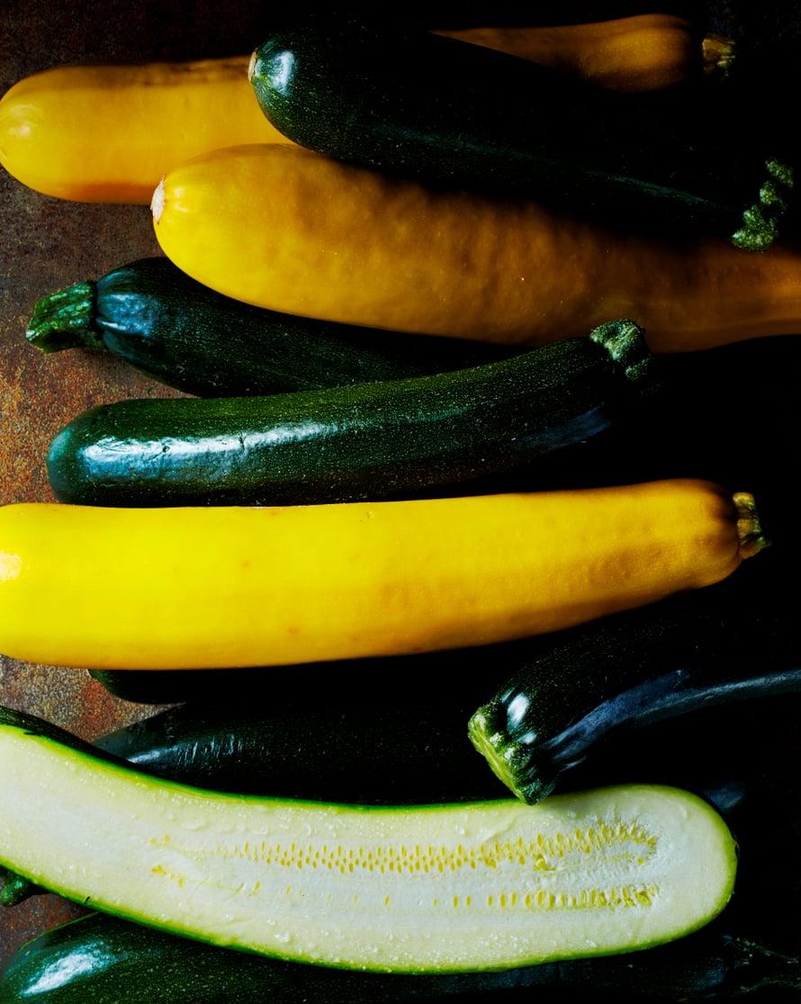 Keltaista kesäkurpitsaa voi käyttää samaan tapaan kuin vihreää.