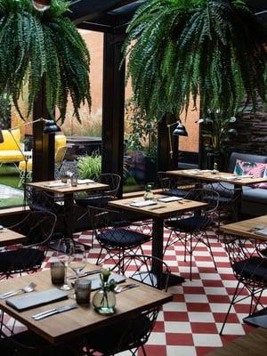 Version sijaitsee hotelli U14:n tiloissa, ja ravintolan sisustus tuokin mieleen rennon mutta hyvän hotellin aulan.