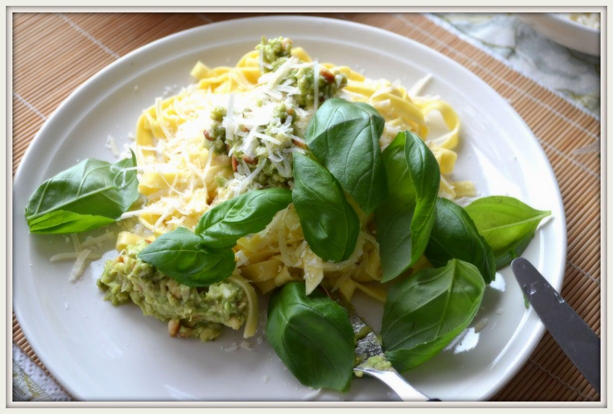 Avocadopastan vaatimattoman oloinen seos takaa herkille ruoka-aisteille totutun arkiruoan.