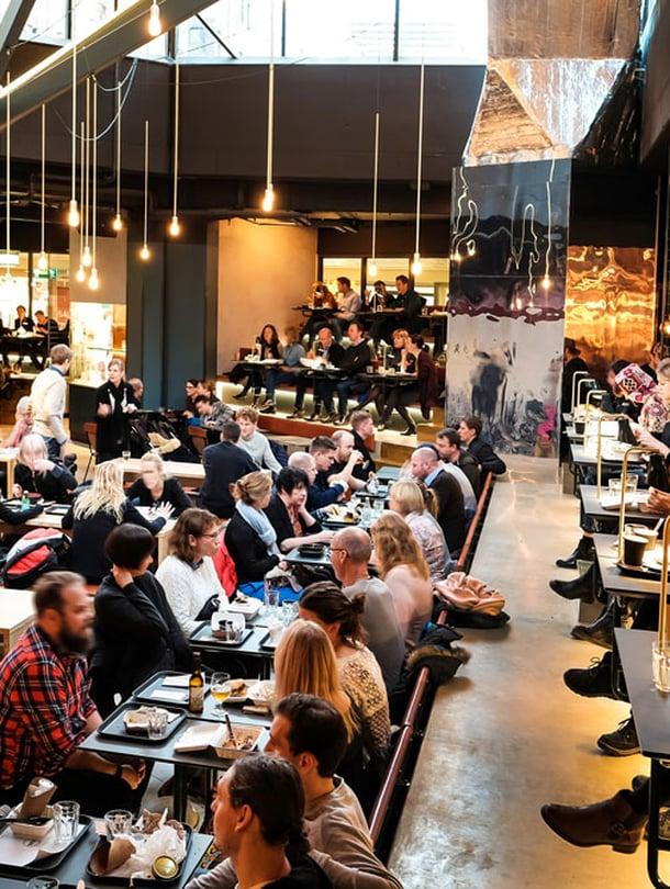 Ringen-kauppakeskuksen ravintolamaailmassa istutaan kuin teatterissa.