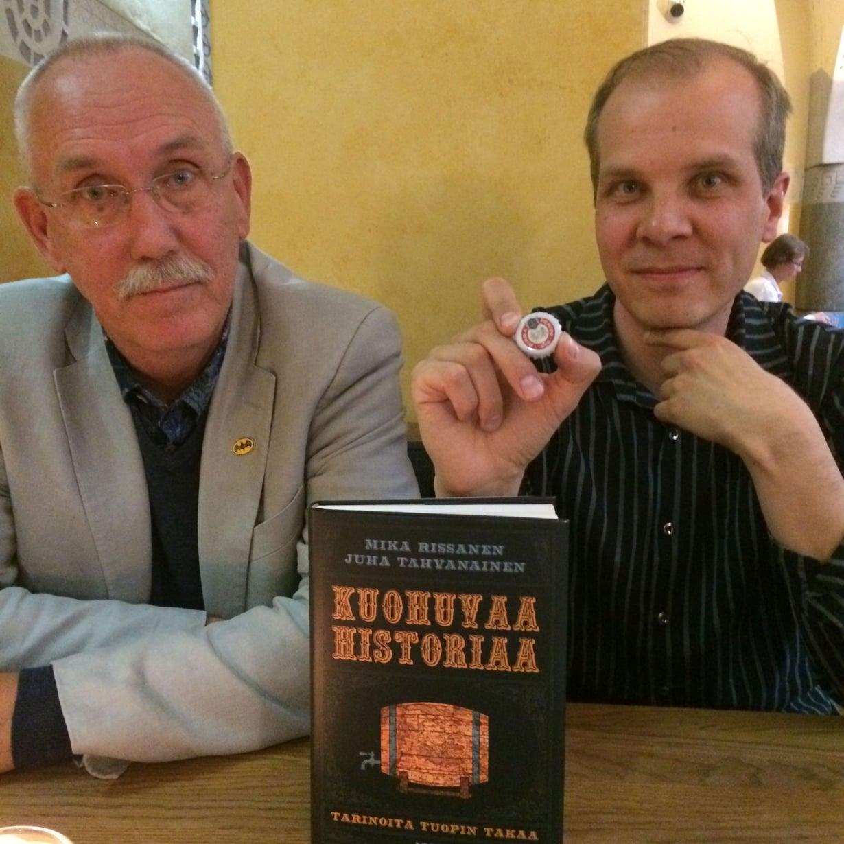 Juha Tahvanainen (vas.) ja Mika Rissanen kirjoittivat oluen asemasta Euroopan historiassa. Rissasella kulkee laukussa mukana amulettina toimiva italialaisoluen pullonkorkki. Kuva: Teemu Leminen.