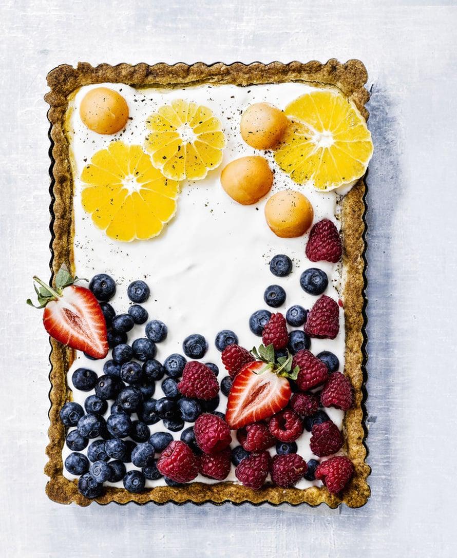 """Jogurtin raikastama rahkatorttu on ihana juhlaleivonnainen. Kuva: <span class=""""photographer"""">Sami Repo.</span>"""