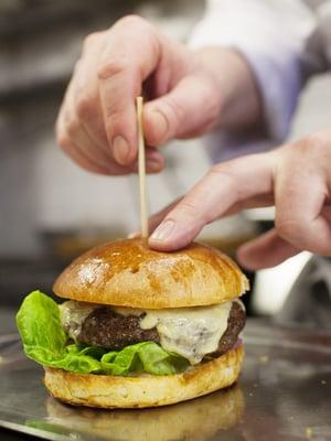 Legendaarisen Kämpin huonepalvelu laajenee kaikille. Esimerkiksi huonepalvelun listalla olevan hampurilaisen voi tilata puhelimitse ja noutaa ravintolasta.