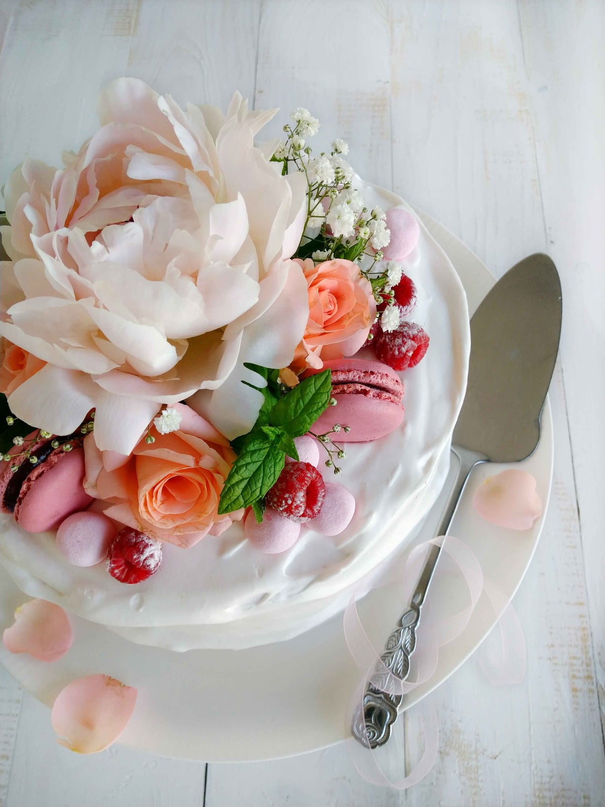 Koristele kakku kukkasin, marjoin ja makeisin.
