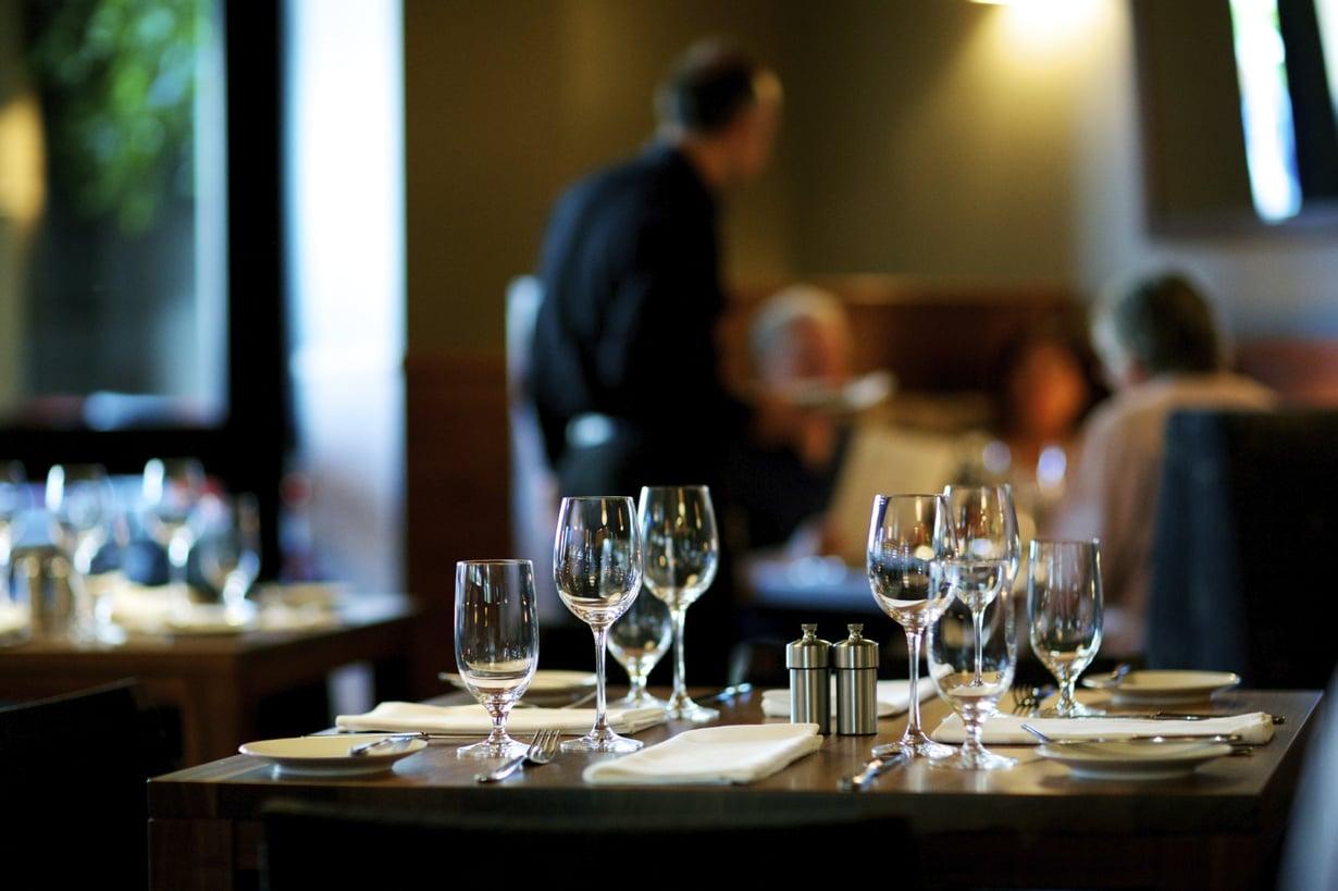 Keskivertosuomalainen syö ulkona kolmesti kahden viikon aikana. Kuva: Istockphoto.