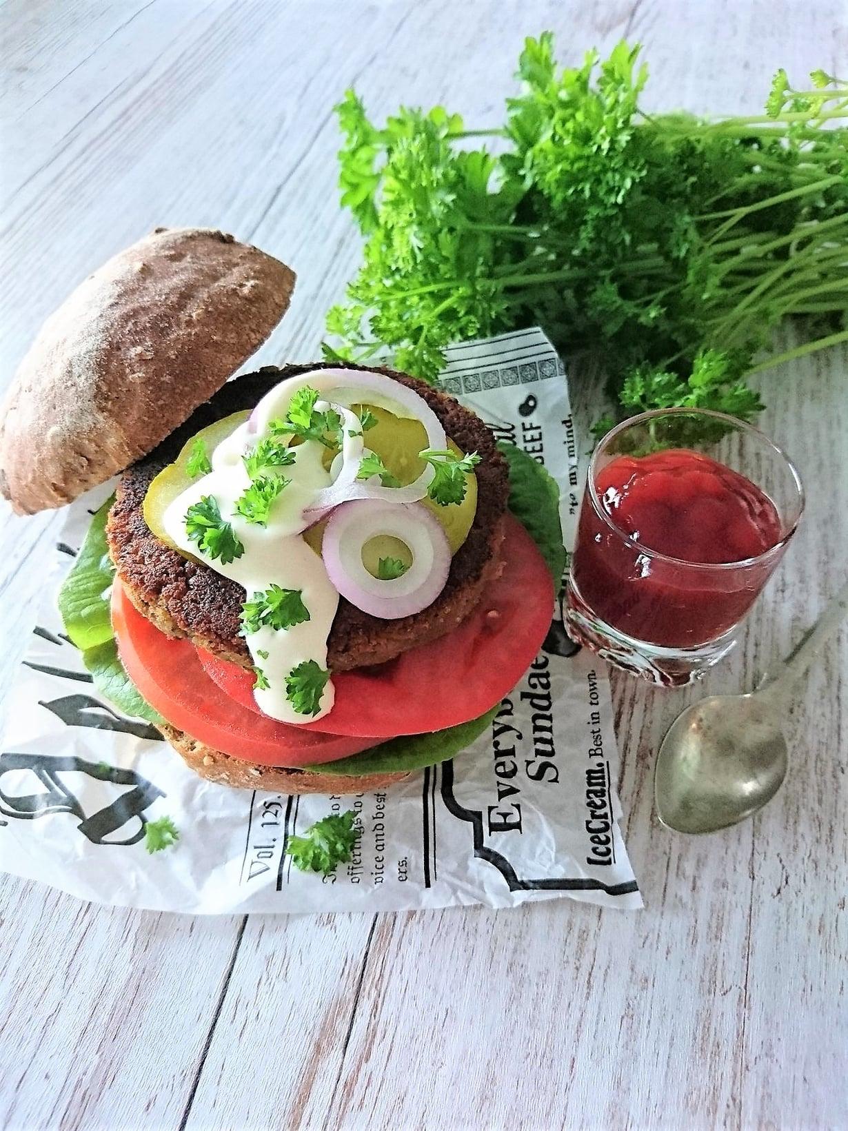 Herkullinen kasvisburger ilman maitotuotteita ja gluteenia