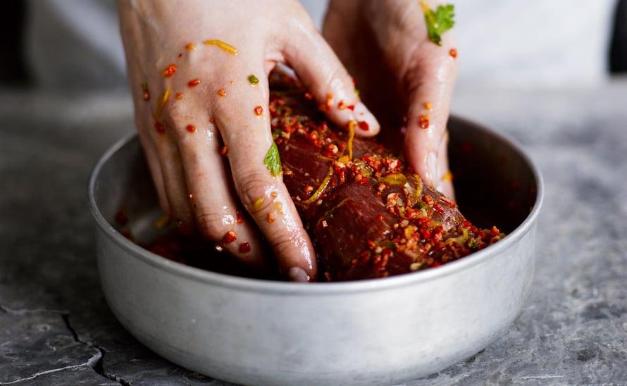 """Kun raaka-aineen suolaa 45 minuuttia ennen marinointia, maut imeytyvät paremmin. Kuva: <span class=""""photographer"""">Sami Repo.</span>"""