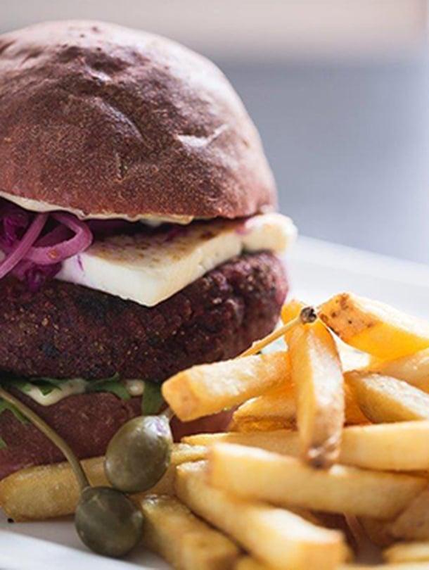 """Tämä burgeri kätkee sisälleen herne-punajuuripihvin. Kuva: <span class=""""photographer"""">Ravintola Ilves</span>"""