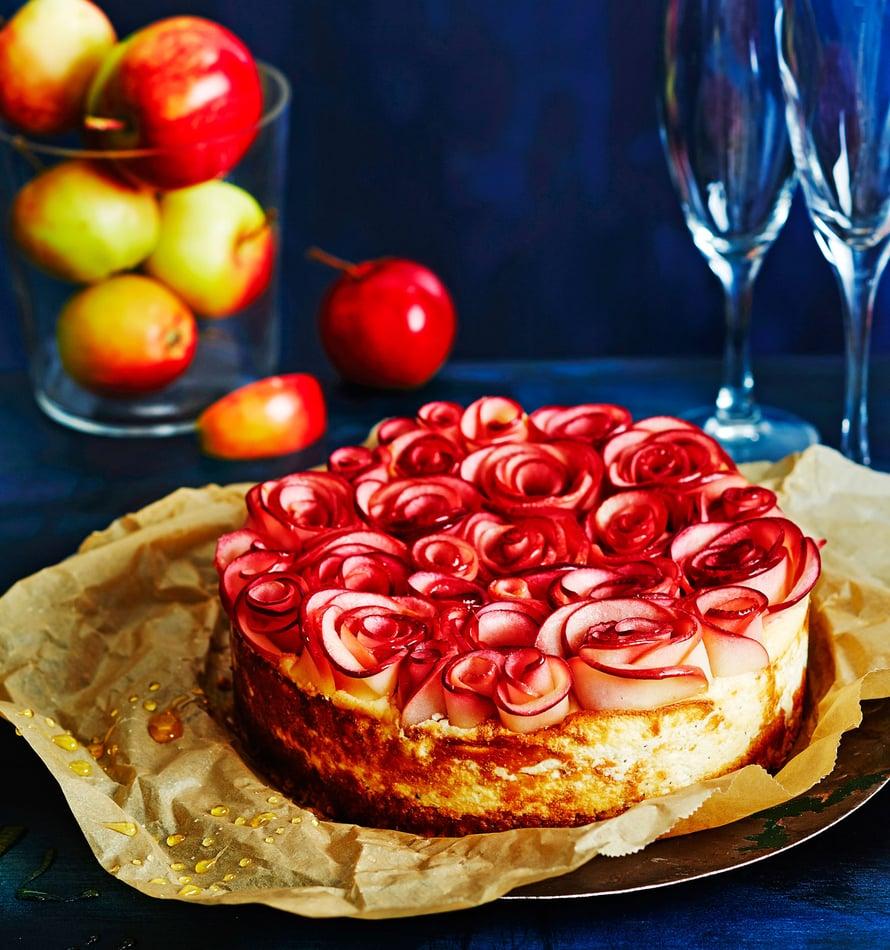 """Kukat syntyvät kakun päälle esimerkiksi omenaviipaleista. Kuva: <span class=""""photographer"""">Tuomas Kolehmainen</span>"""
