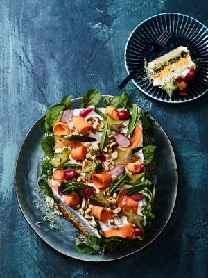 Vegaaninen voileipäkakku täytetään herne- ja porkkanatahnalla.