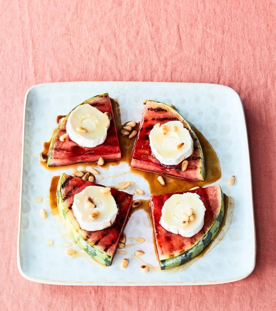 Grillatusta vesimelonista saa vuohenjuuston kanssa ihanan alkupalan.