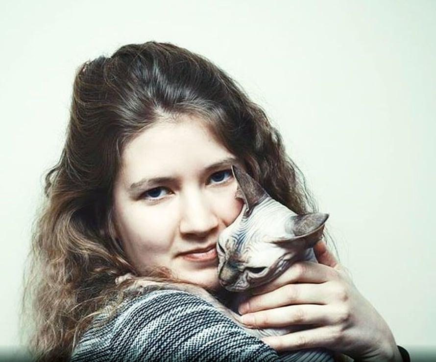Kaisu Pitkänen harrastaa ruuan lisäksi myös eläimiä. Kuvassa Humu-kissa.