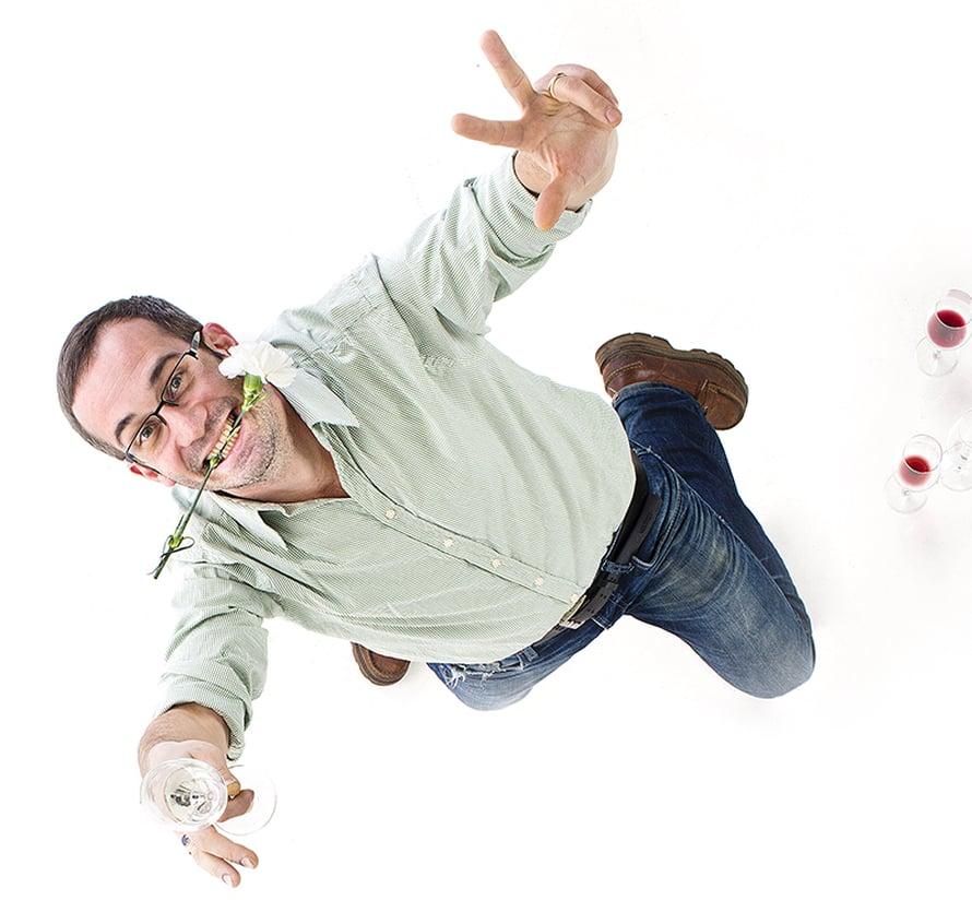 """Huippusommelier Samuil Angelovin helpoilla nikseillä ihan tavallinen viini nousee uusiin sfääreihin. Kuva: <span class=""""photographer"""">Anna Huovinen</span>"""
