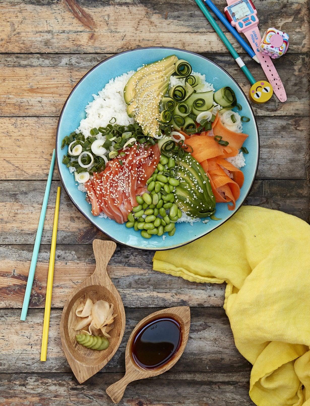 Saako syödä kaiken itse? Sushilautanen näyttää komealta ja on helppo valmistaa.