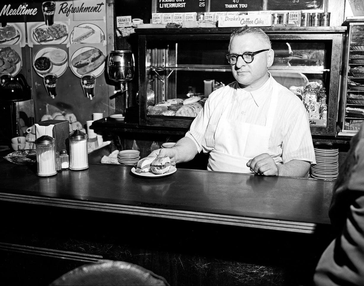 Tarjoilijoiden kannalta huonoin tulevaisuudennäkymä on se, että kaikki alkavat syödä baaritiskillä, jonka toisella puolella kokit valmistavat ruokaa. Silloin tarjoilijaa ei enää tarvita, vaan asiakas tilaa suoraan kokilta ja myös maksaa tälle. Kuva: Lehtikuva.