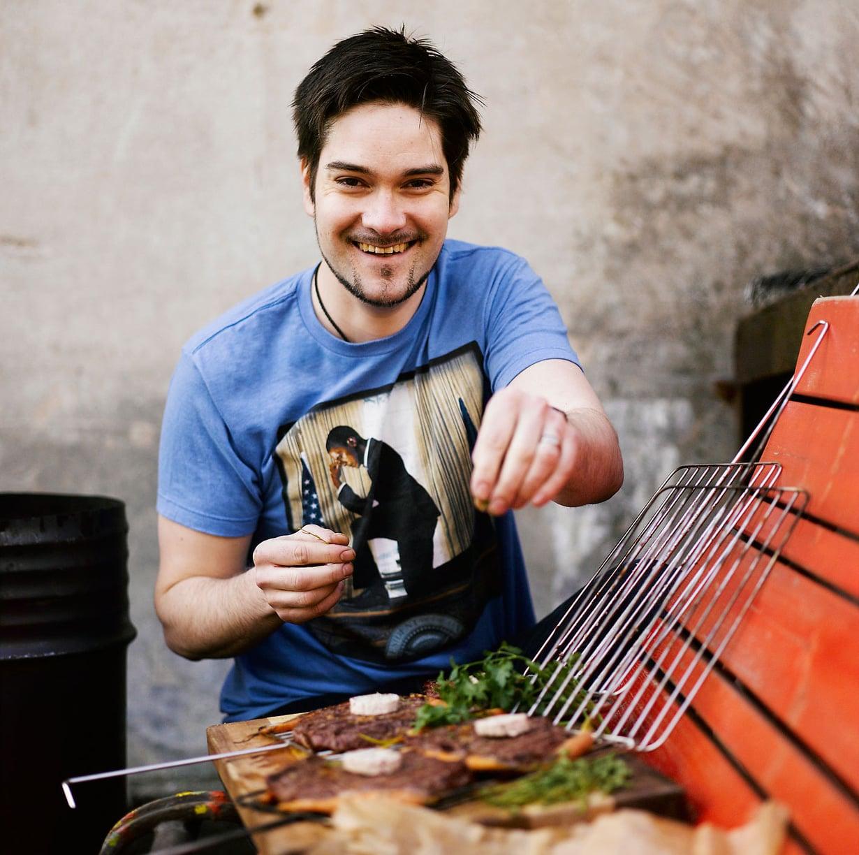 Hiiligrillillä ruokaan tulee oikea maku, sanoo Henri Alén. Kuva: Sami Repo.