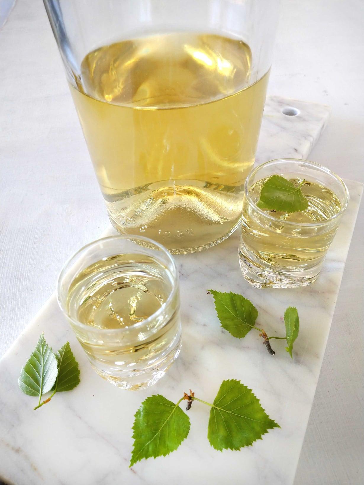 Hiirenkorvailla maustetun viinan maku on aromaattinen ja hieman makea. Jos pidät hyvin pehmeästä snapsin mausta, lisää valmistusvaiheessa teelusikallinen hienoa sokeria.