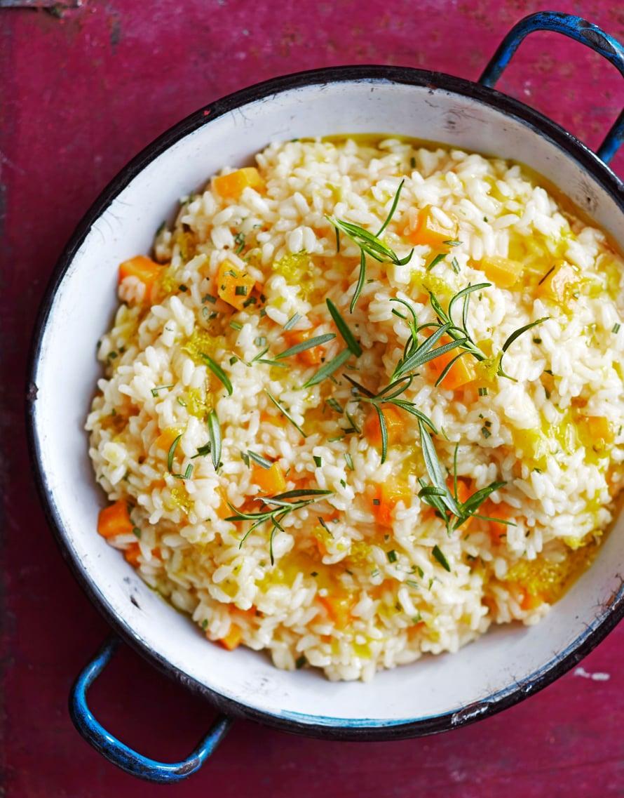 Kurpitsarisottoon ei tule suolaa eikä sipulia, joten se maistuu  makealta ja sitruksisen hapokkaalta.  Kuva Panu Pälviä