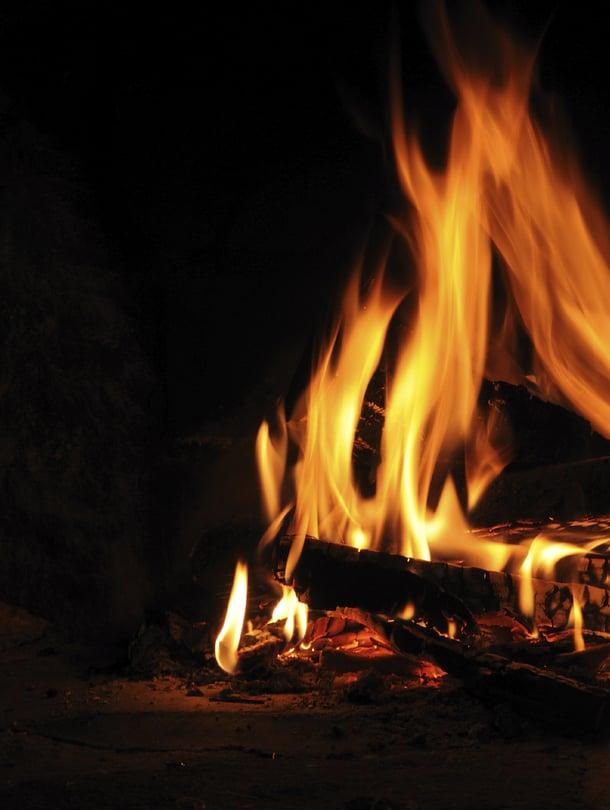 """Tuli on juhannuksen elementti. Se luo tunnelmaa kokossa, kypsentää ruuan grillissä ja lämmittää saunan sopivan kuumaksi jopa sateiseen iltaan. Kuva: <span class=""""photographer"""">Istockphoto.</span>"""