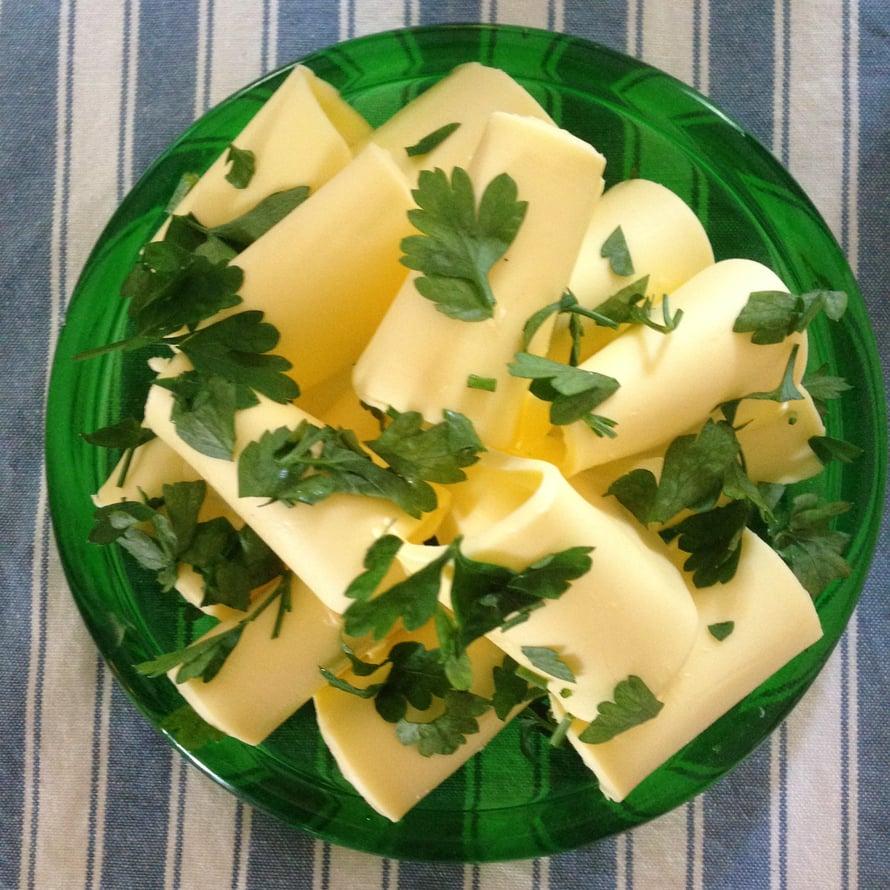 Mitä kylmempi voi, sitä paremmin juustohöylä sitä siivuttaa.