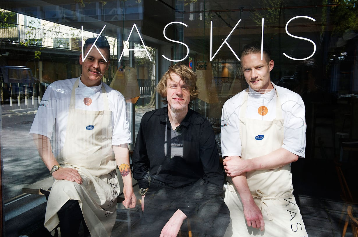 Erik Mansikka (vas.), Topi Pekkanen ja Simo Raisio perustivat ravintola Kaskiksen Turkuun viime keväänä. Kuva: Shoja Lak.