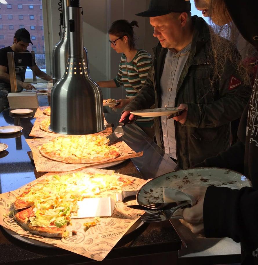 """Sipsikaljavegaanit pääsivät ensimmäisten joukossa maistamaan uusia pizzoja. Kuva: <span class=""""photographer"""">Kotipizza</span>"""