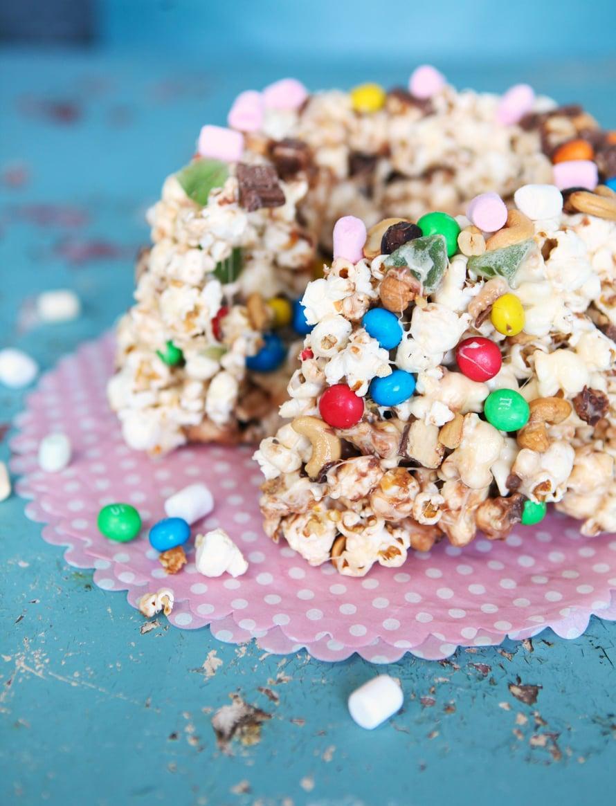 """Popcorn-kakkuun voi upottaa kymmeniä herkkuja. Kuva: <span class=""""photographer"""">Heidi Korhonen</span>"""