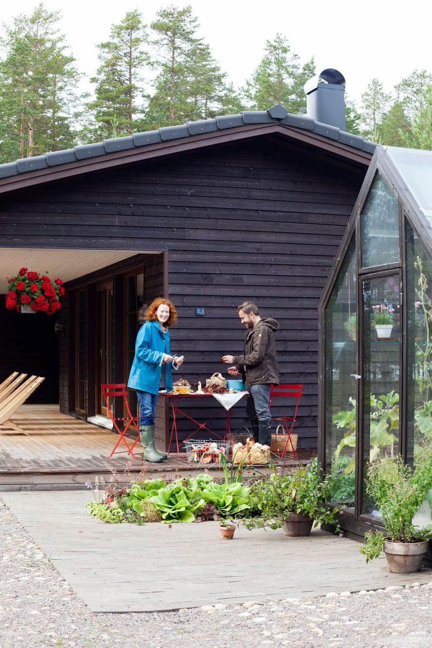 """Saimi Hoyer ja Petri Salmela tekivät intohimoisen sienikirjan. Kuva: <span class=""""photographer"""">Tuomas Kolehmainen.</span>"""