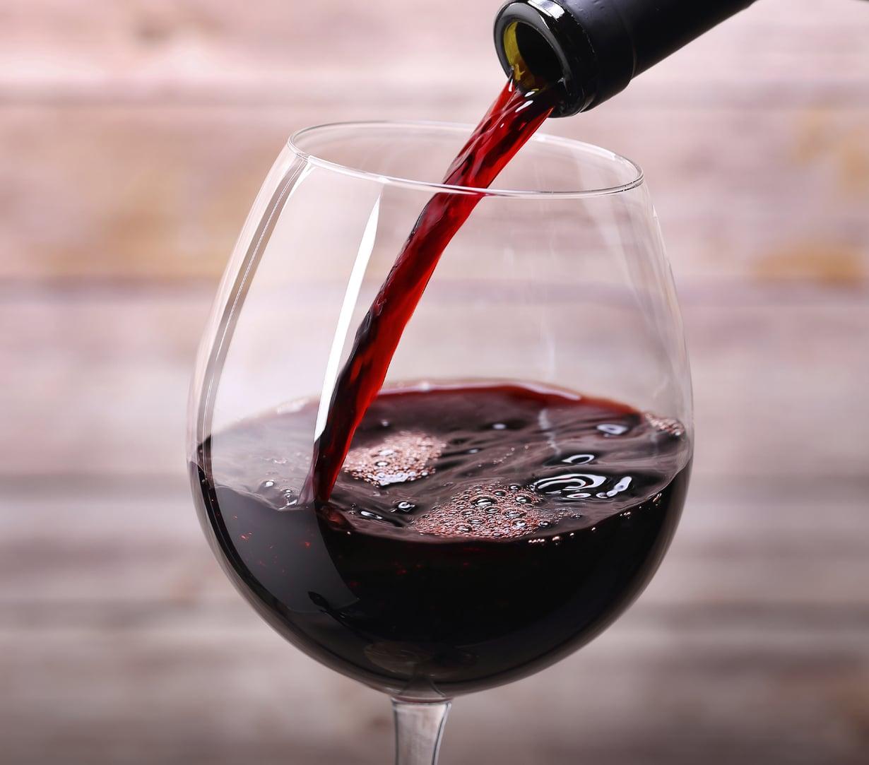 Myös punaviini kannattaa pitää kaapissa, jos pullo on avattu. Kuva: Istockphoto.