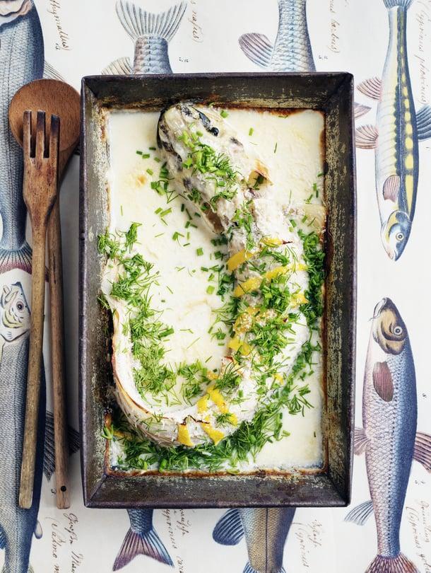Maailman helpoin maderuoka kypsyy uunivuoassa sitruunaisessa kermaliemessä. Resepti: Suvi Rüster