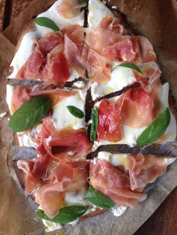 """Valkoinen kinkkupizza on erityisen hyvä grillattava. Kuva: <span class=""""photographer"""">Sanna Maskulin.</span>"""