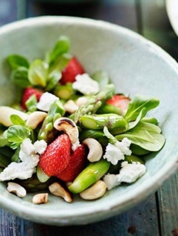 """Parsa-mansikka-vuohenjuustosalaatti sisältää kaikki kesän parhaat maut. Kuva: <span class=""""photographer"""">Elvi Rista</span>"""