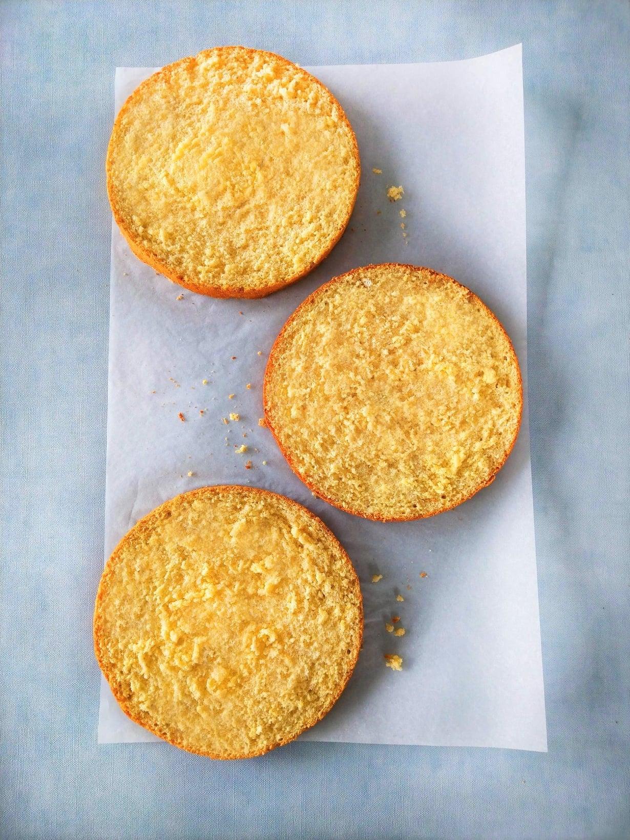 Gluteeniton ja kuohkea kakkupohja leikattuna kolmeen osaan.