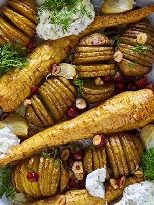 Hasselbackan perunat ja palsternakat kypsyvät kätevästi samalla pellillä. Linkki reseptiin löytyy jutun lopusta.